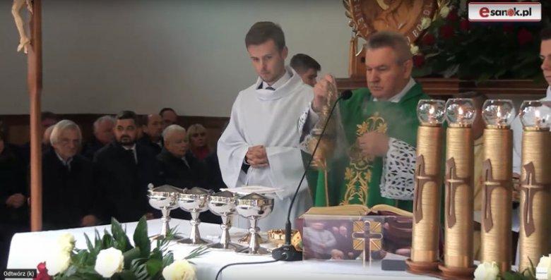 Ryszard Terlecki, Krzysztof Sobolewski i Jarosław Kaczyński w czasie mszy w sanktuarium w Strachocinie.