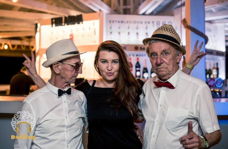Paulina Braun, założycielka Dancingu Międzypokoleniowego, wraz z seniorami.