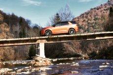 """Tak wygląda """"most"""" dojazdowy do paru domów. Land Rover Discovery Sport zmieścił się tam niemal na styk."""