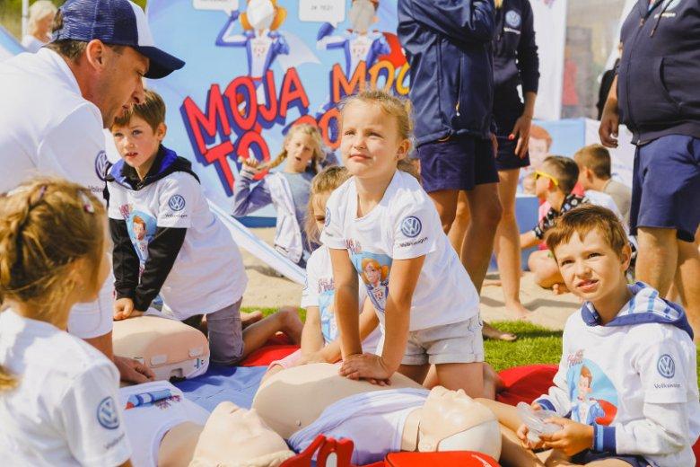 """Dzieciom naturalnie przychodzi pomaganie innym ludziom. Na zdjęciu kurs nauki pierwszej pomocy w ramach akcji ''Mali Ratownicy'' odbywającej się pod hasłem ''Moja moc to pomoc"""""""