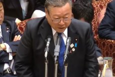 Yoshitaka Sakurada przeprosił publicznie za trzyminutowe spóźnienie.
