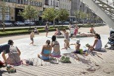 Fontanna na poznańskim Placu Wolności to tylko jeden z przykładów tego, jak ochoczo kąpiemy się w wodotryskach.