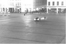 """Dwóch nastolatków """"driftowało"""" po Starym Rynku w Bydgoszczy. Nie zważali na przechodniów i przepisy"""
