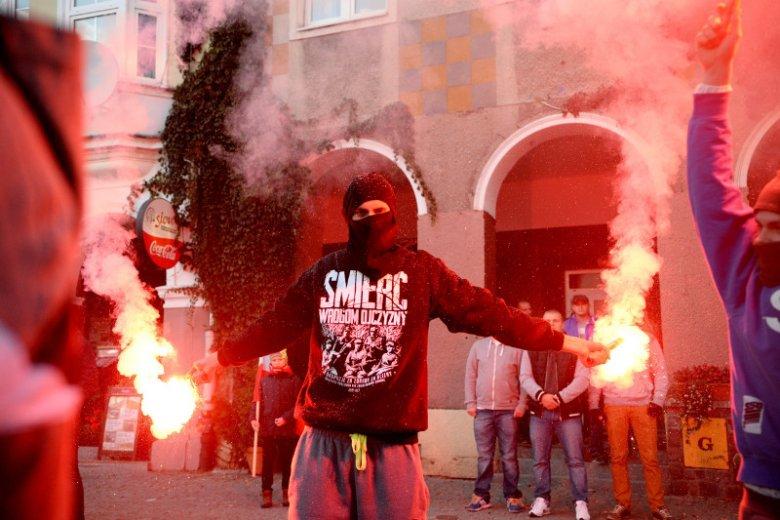 """Środowiska narodowców szykują 10 listopada konferencję """"Europa przyszłości"""" z udziałem rasistowskiego działacza z USA Richarda B. Spencera. Na zdjęciu – Olsztyn, protest środowisk skrajnie prawicowych przeciwko przyjmowaniu migrantów."""