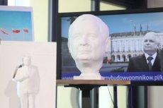 Pomnik Lecha Kaczyńskiego miał stanąć przed gmachem Komendy Garnizonowej na placu Piłsudskiego. Na razie jednak brakuje na niego pieniędzy.