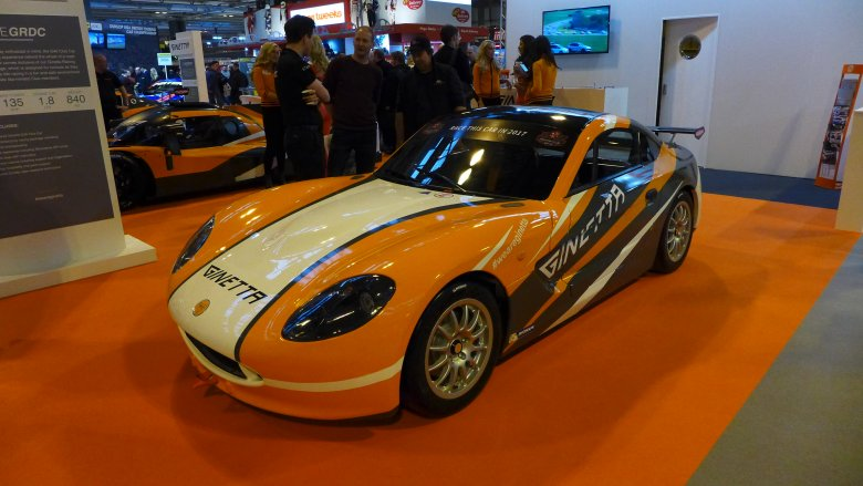 Ginetta G40: kupuje się auto wraz z programem startów w wyścigach dla poczatkujących, połączonych ze zdobywaniem licencji.