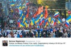 Uczestnicy moskiewskiego marszu niosą m.in. flagi Ukrainy i Rosji