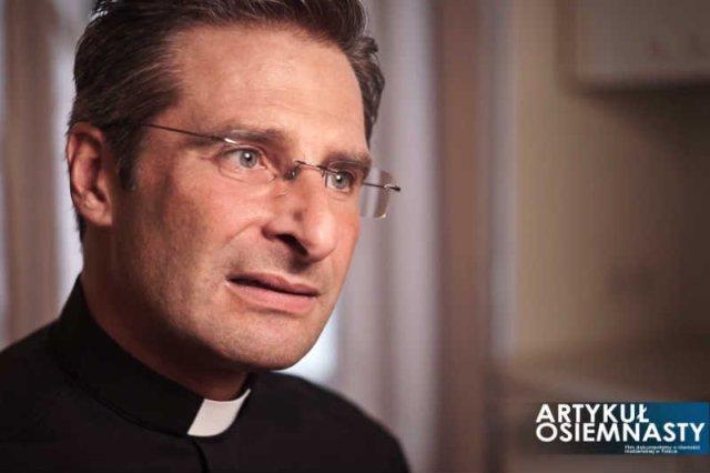 Polski ksiądz Krzysztof Charamsa przyznał się do tego, że jest gejem.
