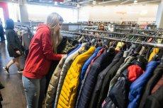 8, 10, 36, 38, 40, 44, M – tyle różnych rozmiarów, a wszystkie określają tę samą kurtkę. Dobieranie ubrań w sieci to nie lata wyzwanie.