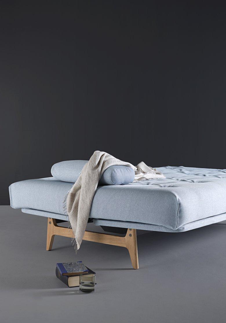 Aslak marki Innovation - sofa w kolorze lodowego błękitu.