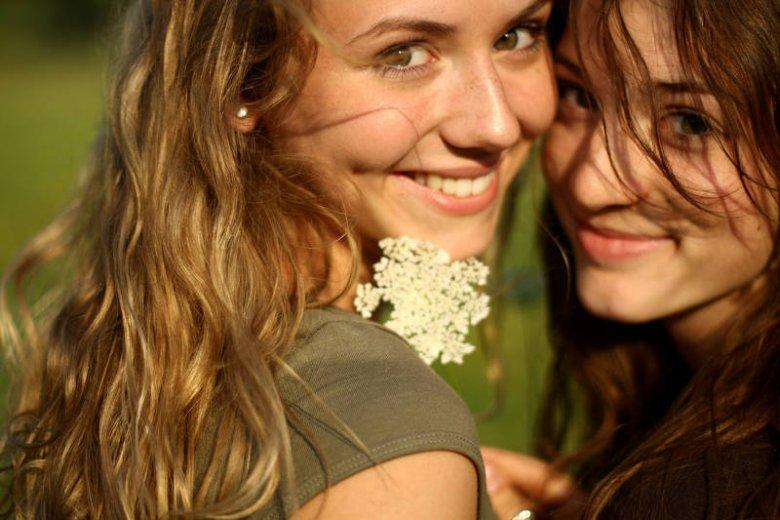 Uśmiechnij się! Uśmiech odmładza całą twarz i sprawia, że inni postrzegają cię jako młodszą niż w rzeczywistości
