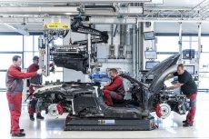 Pracownicy fabryki Audi Sport podczas składania modelu R8.