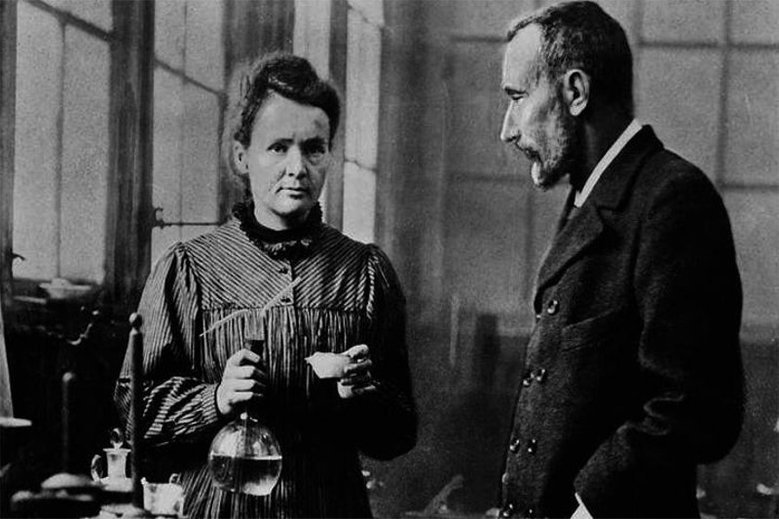 Maria Skłodkowska - Curie przez BBC History została uznana za najbardziej wpływową kobietę w historii. W plebiscycie Wysokich Obcasów zdobyła tytuł Polki stulecia