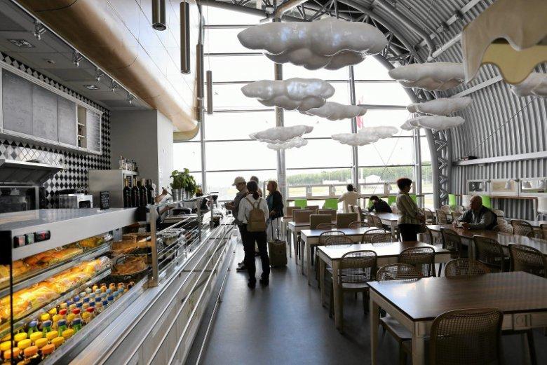 Większość handlu na polskich lotniskach przejęła jedna firma. Dla nich woda po 9 zł to nic dziwnego. (na zdjęciu lotnisko w  Modlinie)