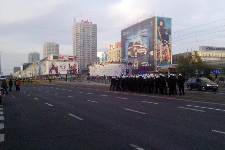 Święto Niepodległości. Policja na Rondzie Dmowskiego zabezpiecza Marsz Niepodległości