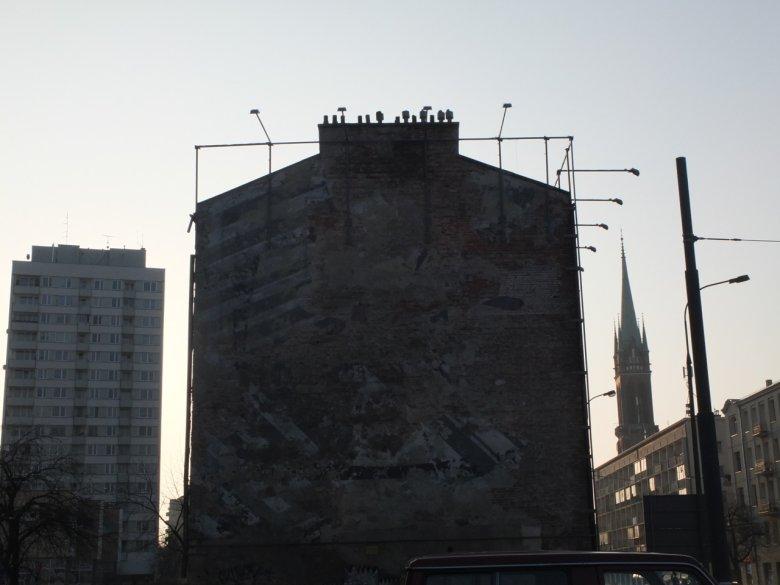 Stelaż, na którym zawisną reklamy. W tle po prawej stronie widać wieżę kościoła św. Wojciecha, w którym w czasie powstania był punkt koncentracyjny wypędzanych mieszkańców Woli