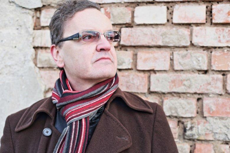 """Robert Ostaszewski, autor powieści kryminalnych, opowiada nam o krajowym rynku kryminałów, kształtujących ten gatunek trendach, a także o swojej najnowszej książce """"Zabij ich wszystkich"""" i fenomenie Górnego Śląsk, gdzie rozgrywa się jej akcja"""