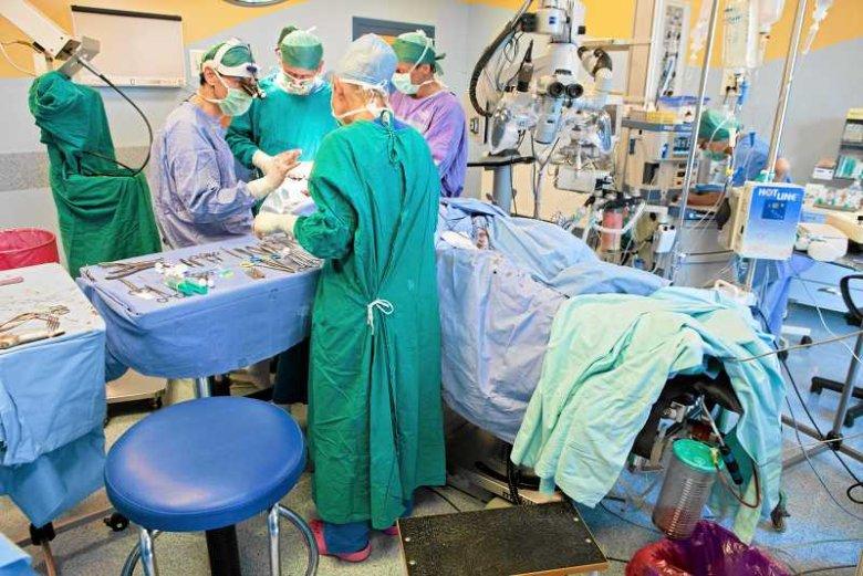 Kontrowersyjny profesor zarzuca kolegom po fachu, że pobierają organy od żywych pacjentów.