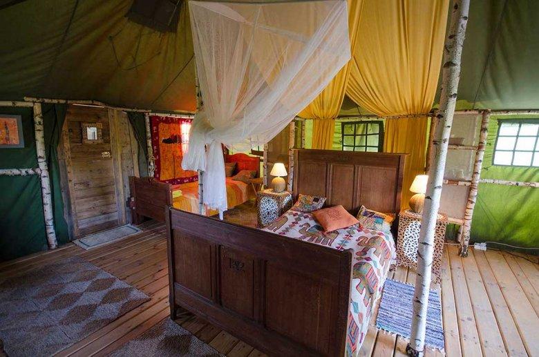 Namioty godne średniowiecznego arystokraty albo arabskiego szejka.