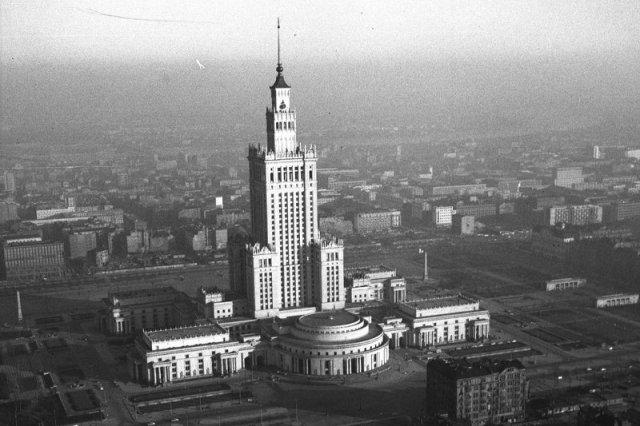 Widok gmachu od strony ul. J. Marchlewskiego. Widoczne ul. E. Plater i ul. Marszałkowska. Fotografia lotnicza. Przełom lat 50 i 60.
