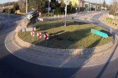 Rąbień woj. łódzkie: samochód przeleciał nad rondem i pomnikiem papieża.