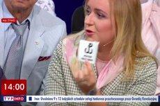 """Stołeczna radna Olga Semeniuk (PiS) czuje, że jej katolickie uczucia są obrażane naklejką władz Warszawy """"Polska Walcząca przeciw faszyzmowi""""."""
