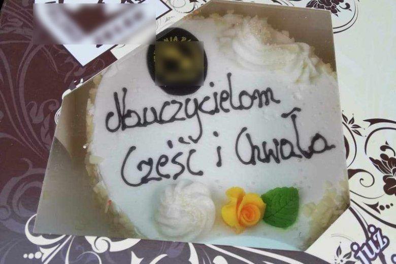 Jeden z tortów podarowanych nauczycielom przez lokalnego cukiernika.