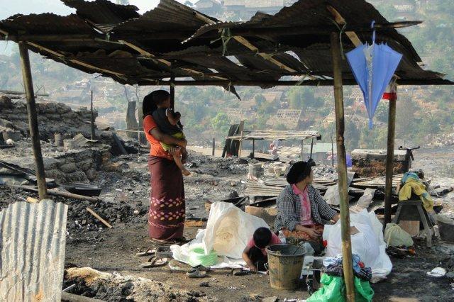 Gdy dom płonie, wszyscy uciekają. Tymczasem nasz rząd chce trzymać pogorzelców w środku do czasu ugaszenia pożaru. Zdjęcie jest tylko ilustracją.