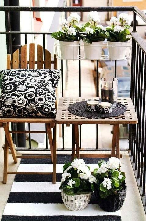 Monochromatyczny balkon będzie na pewno bardzo stylowy.
