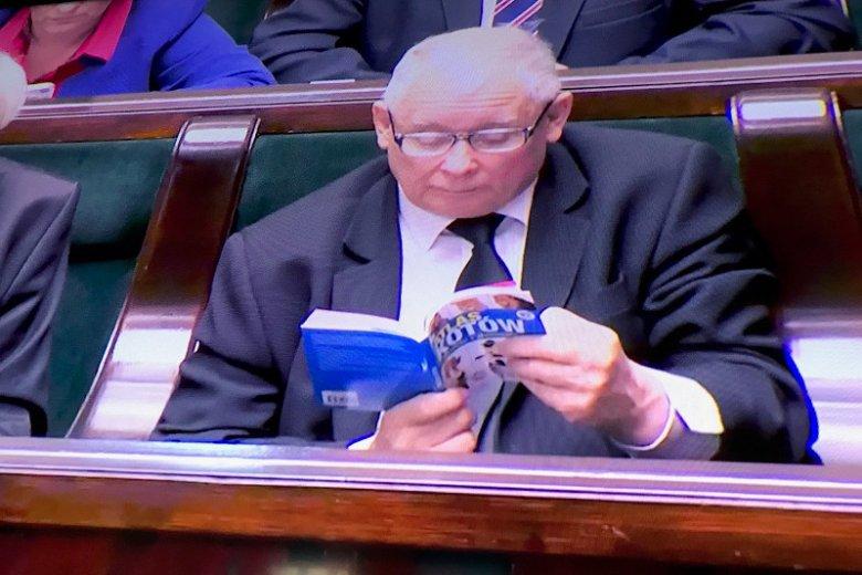 Jarosław Kaczyński przyniósł do Sejmu atlas kotów