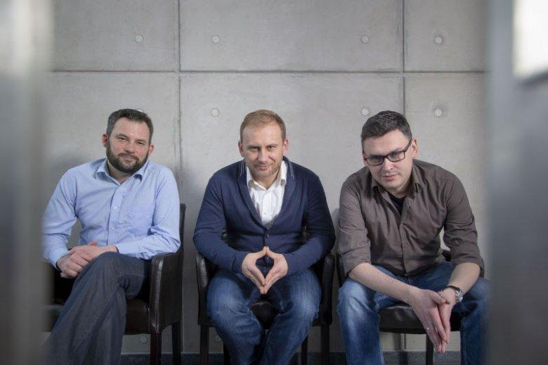 Od lewej Grzegorz Rutkiewicz, Michał Wroczyński i Gniewosz Leliwa – to ich firma bada hejt w Wielkiej Brytanii.