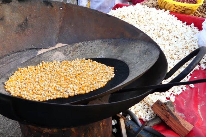 Ze sprzedażą popcorny, przygotowanego za pomocą tej techniki w Indiach można się spotkać do dziś
