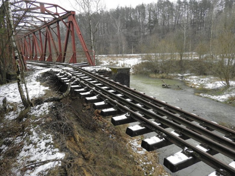 Tory wiszące nad rzeką Kaczwa na trasie Złotoryja - Lwówek Sląski, nieopodal stacji Jerzmanice (woj. dolnośląskie)