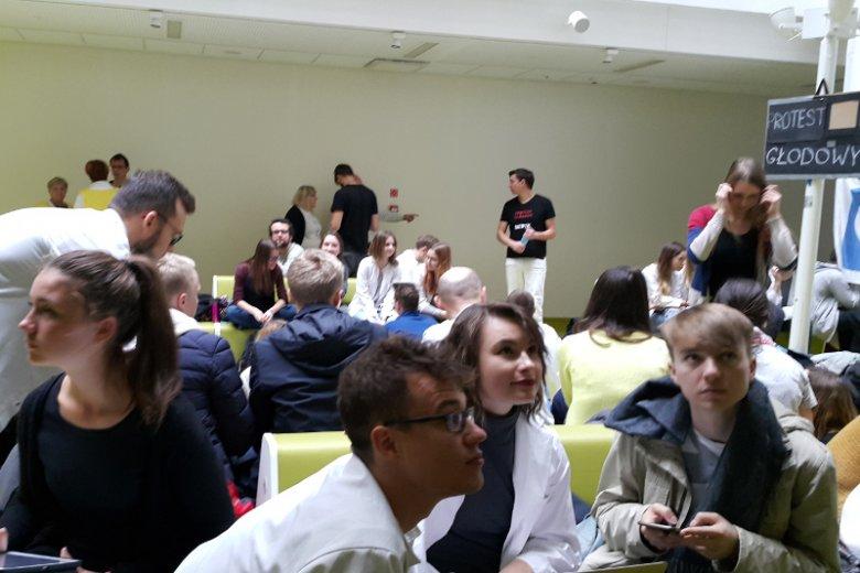 To już dziewiąty dzień głodówki medyków w Dziecięcym Szpitalu Klinicznym w Warszawie. Strajkujących odwiedzają studenci medycyny i pacjenci wspierający ich postulaty.