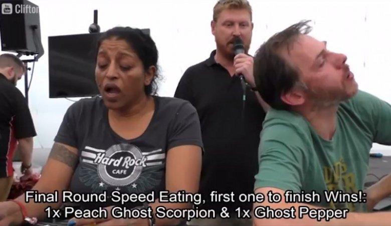 Fani ostrego jedzenia zmierzyli się w niezwykłym konkursie. Od samego patrzenia pali w gardłach.
