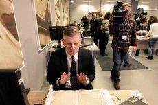 IPN odtajnił tzw. Zbiór Zastrzeżony, prezentował go m.in. Sławomir Cenckiewicz. Na zdjęciu historyk podczas lektury dokumentów z tzw. szafy Kiszczaka w lutym 2016.