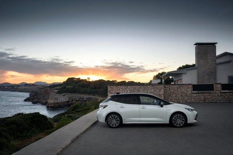 Na początek biało-czarny samochód z silnikiem o pojemności 1,8 litra