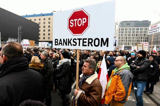 Notowania wielu banków zaczęły spadać po zwycięstwie PiS, które na bankowców prawdopodobnie zrzuci rozwiązanie problemów tzw. frankowiczów.
