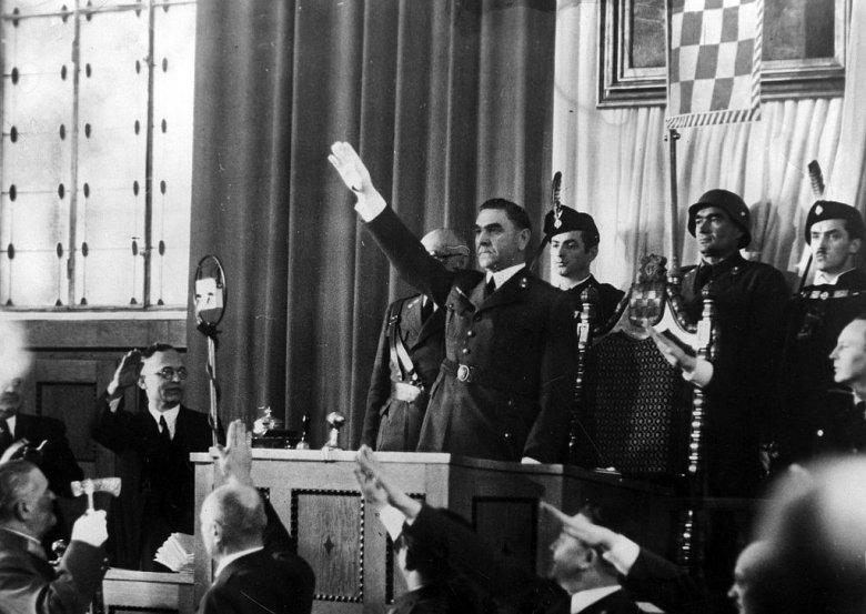 Lider ustaszy, Ante Pavelić, pozdrawia członków parlamentu NDH, luty 1942 r.