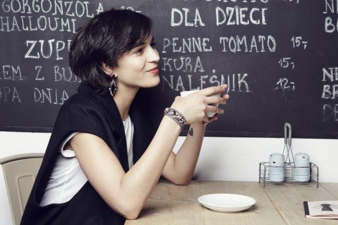 Kolczyki z kolekcji Marka Wójckiego oraz bransoletka izraelskiej projektantki Evelyne La Hola. Kaszmirowa kamizelka – MMC.