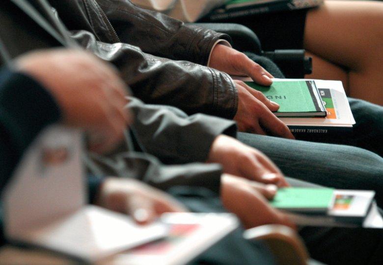 Coraz mniej osób decyduje się na studia.