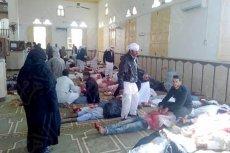 W krwawym zamachu na jeden z egipskich meczetów zginęło co najmniej 155 osób,a  bilans ofiar ciągle rośnie.