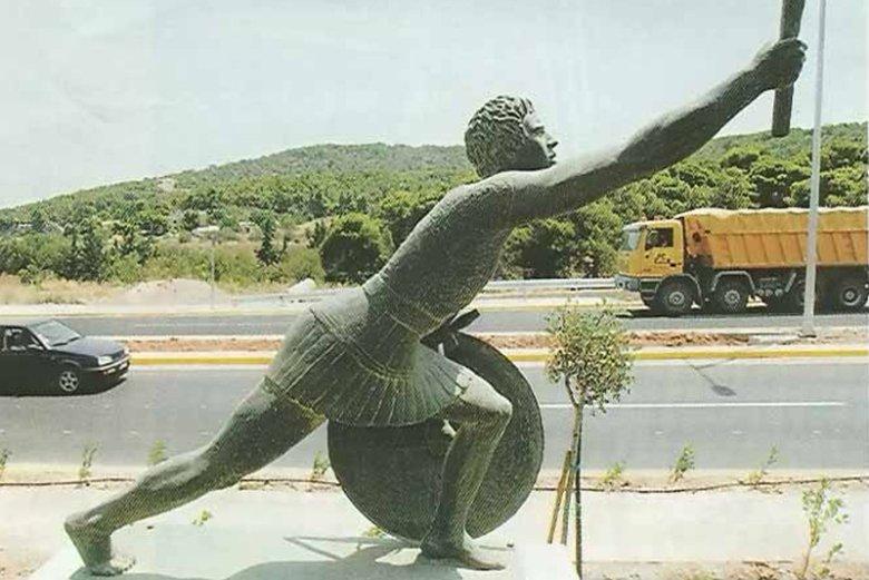 Pomnik Fillippidesa w Maratonie. To właśnie grecki posłaniec miał jako pierwszy przebiec dystans maratoński.