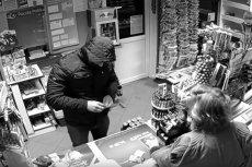Barszczewo pod Białymstokiem: sprzedawczyni i jej rodzina pomogli policji ująć przestępcę.