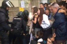 Policja ma nakaz zamykania lokali wyborczych na terenie całej Katalonii. Dochodzi do starć między głosującymi a funkcjonariuszami.