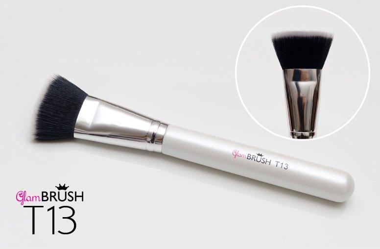 Przykładowy pędzel do nakładania podkładu. Syntetyczny pędzel  T13 młodej, polskiej marki Glam Brush kosztuje 33 zł i.