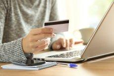 Wygoda, oszczędność czasu, pełen dostęp do dokumentacji w formie elektronicznej, szybka weryfikacja tożsamości oraz możliwość swobodnego zapoznania się z umową kredytu. To główne zalety zaciągania kredytów gotówkowych z banku przez internet