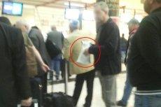 Na zdjęciu widać mężczyznę, który chciał przesłać paczkę przez polskich pasażerów.