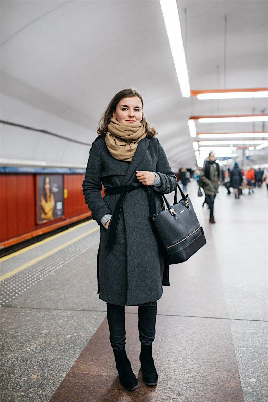 """Kasia: """"Dress code kłóci się do pewnego stopnia z korzystaniem z komunikacji miejskiej, zwłaszcza zimą. Żeby nie zamarznąć ubierasz się na cebulkę, wciskasz pod płaszcz 2 swetry, potem cała jesteś wymięta. Pomijam już fakt jak łatwo można się przeziębić"""""""