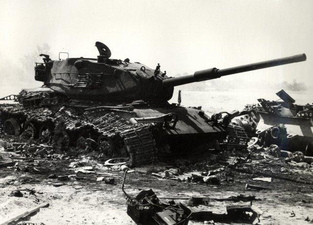 """Zniszczony izraelski czołg na początku wojny """"Yom Kippur"""""""